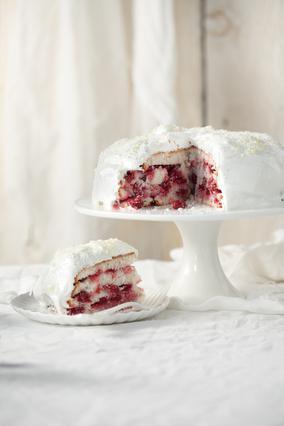 Λευκή τούρτα με βύσσινα