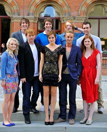 Η Έμα Γουότσον ποζάρει με μερικούς από τους συμπρωταγωνιστές της στην κινηματογραφική επιτυχία  Χάρι Πότερ .