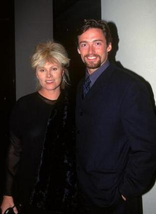 Ο Χιου Τζάκμαν και η Ντέμπορα-Λι Φέρνες το 1997. Εκείνος ήταν 29 χρονών, εκείνη 42.