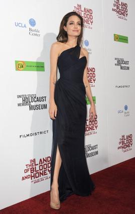Το έξωμο φόρεμα που έκανε την Αντζελίνα να τρέμει από το κρύο. Οι ξώφτερνες γόβες δεν βοήθησαν επίσης.