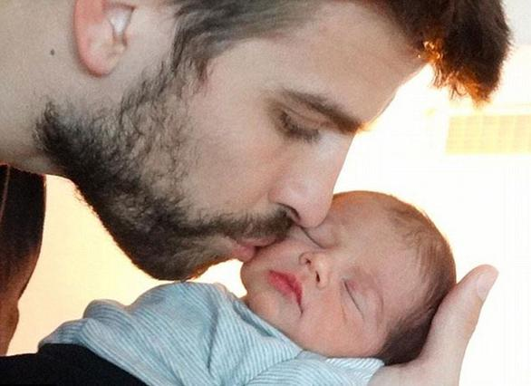 Ο Τζεράρ Πικέ φιλά στοργικά τον μόλις λίγων ημερών γιο του, Μίλαν.