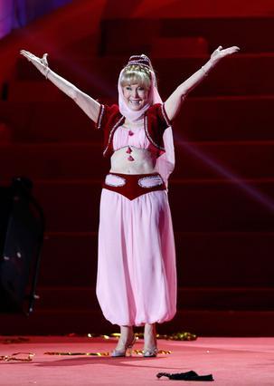 Εντυπωσιάζει στα 78 της χρόνια η Μπάρμπαρα Ίντεν φορώντας στη στολή που την έκανε διάσημη στην τηλεοπτική επιτυχία  Η Τζίνι και το τζίνι .