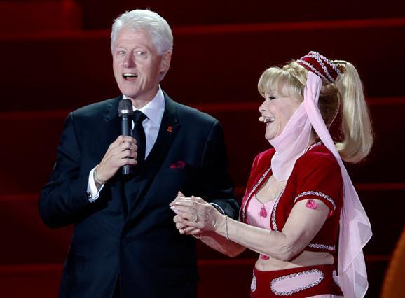 Η Μπάρμπαρα Ίντεν ανοιγόκλεισε τα μάτια της, όπως χαρακτηριστικά κάνει τα μαγικά της, και εμφάνισε επί σκηνής τον νέο της αφέντη, Μπιλ Κλίντον!