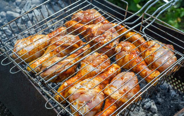 Για να μην κολλήσει το κρέας στη σχάρα