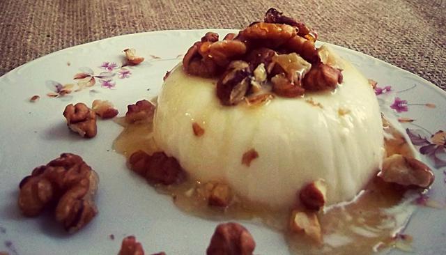 Πανακότα γιαουρτιού με μέλι & καρύδια