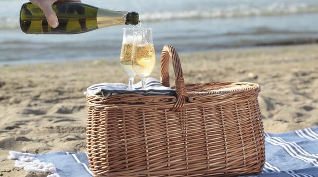 Πώς ν' ανοίξεις μπουκάλι κρασί με μια... σαγιονάρα