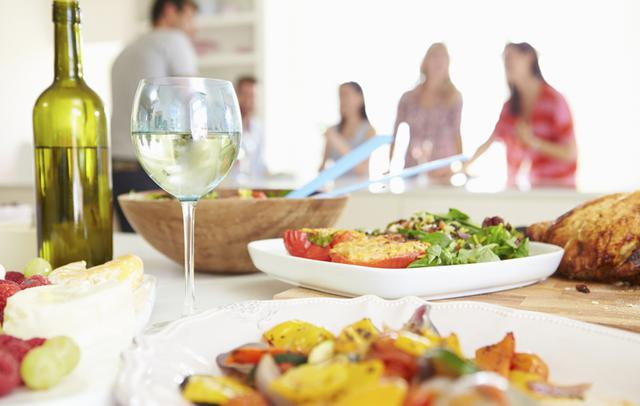 Τα απαραίτητα για τέλειο οικονομικό δείπνο με φίλους