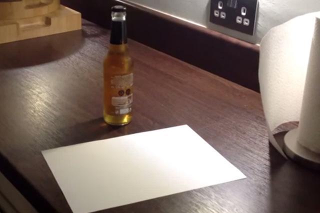 Πώς ν΄ανοίξεις μπουκάλι μπύρα με μια κόλλα χαρτί! (vds)