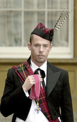 Με την παραδοσιακή στολή στην τελετή της παρασημοφόρησης του από την βασίλισσα Ελισάβετ, το 2003.