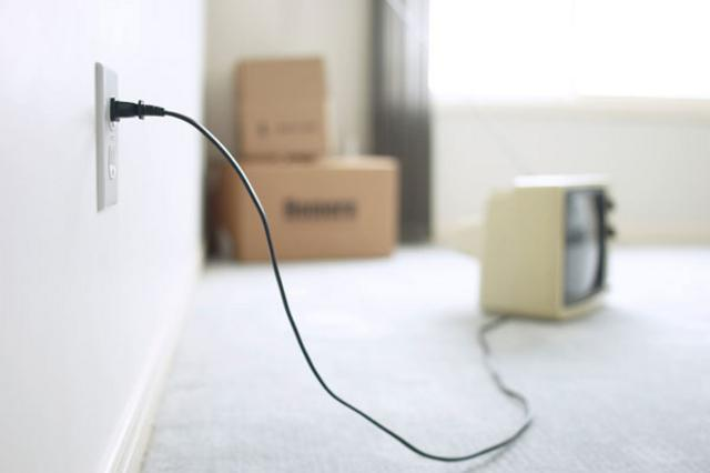 Η πρίζα της τηλεόρασης δεν είναι  απαραίτητο να είναι συνδεδεμένη όταν η συσκευή δεν λειτουργεί.  Αντίθετα, όταν την βγάζεις,  κερδίζεις και εσύ και το  περιβάλλον.