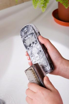 Προσοχή: Νερό, σαπούνι και σφουγγάρι  ποτέ στο τηλέφωνο. Σε καμμία συσκευή.  θα χαλάσει στα σίγουρα.