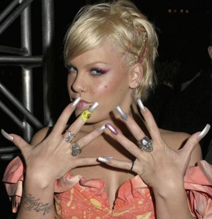 Η Πινκ λέει ναι στα τεχνητά  νύχια και εντυπωσιάζει!