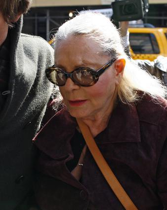 Η μητέρα της Ρίτσαρντσον, Βανέσσα Ρέντγκρεϊβ, φτάνει στο νοσοκομείο Λένοξ Χιλ για το τελευταίο αντίο.