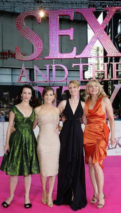 Η Κιμ Κατράλ με τις υπόλοιπες συμπρωταγωνίστριές της στο   Sex and the city ,  Κριστίν Ντέιβις, Σάρα Τζέσικα   Πάρκερ και Σίνθια Νίξον.