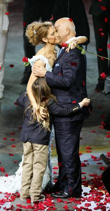 Η Σελίν Ντιόν δέχεται συγκινημένη τα συγχαρητήρια των -δύο τότε- αντρών της ύστερα από εμφάνισή  της το 2007.