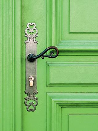 Μία λύση εύκολη και αποτελεσματική  είναι να βάψεις την εξώπορτα  με έντονο χρώμα.