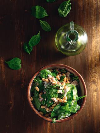 Σαλάτα με τόνο, φασόλια, σπανάκι και κρεμμύδι