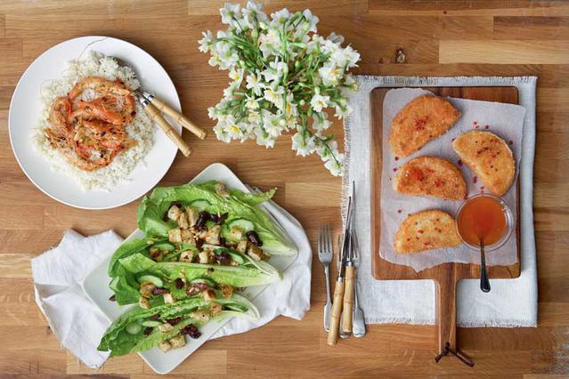 Σαλάτα μαρούλι με ελιές και κουκουνάρι