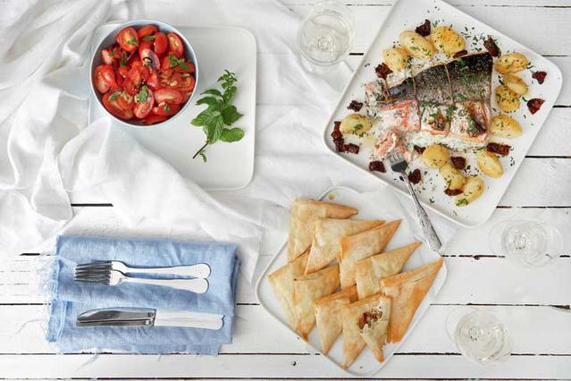 Σαλάτα με ντοματίνια, βασιλικό και κουκουνάρι