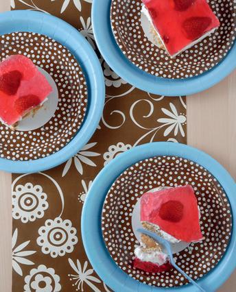 Γλύκισμα με πτι μπερ, σαντιγί και φράουλες