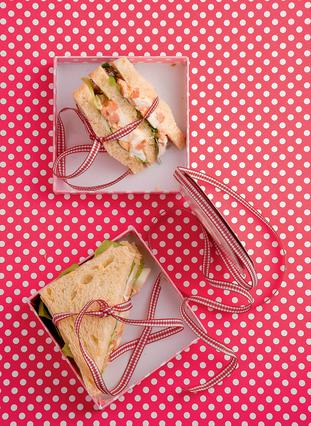 Σάντουιτς με αβγό και λουκάνικο