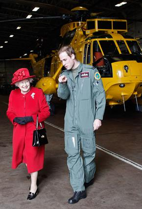 Πρόσφατα ο πρίγκιπας Γουίλιαμ ξενάγησε τη βασίλισσα γιαγιά του στη βάση όπου υπηρετεί στην Ουαλλία.