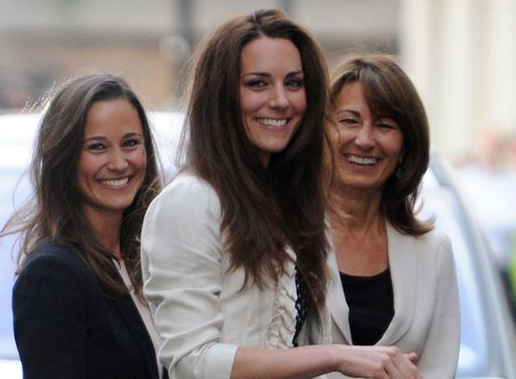 Η Κάρολ Μίντλετον μαζί με τις δύο της κόρες, Κέιτ και Πίπα, τις οποίες, λέγεται ότι μεγάλωσε μαθαίνοντας να έχουν  πολύ υψηλούς στόχους . Σε όλους τους τομείς. Για την  επιτυχία  της πρώτης δεν χωράει