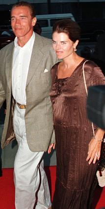 Ο Άρνολντ Σβαρτσενέγκερ και η Μαρία Σράιβερ το 1997, τον καιρό που εκείνη ήταν έγκυος στον γιο τους, Κρίστοφερ. Την ίδια εποχή, ήταν έγκυος και η Μίλντρεντ Μπαένα με το εξώγαμο παιδί του πρώην κυβερνή