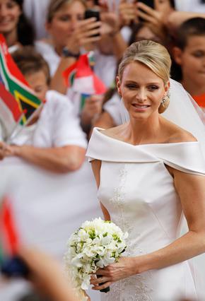 Κι όμως, υπήρξαν στιγμές που η νύφη χαμογέλασε στον πριγκιπικό γάμο του Μονακό -αν φυσικά, αυτό το αμήχανο σπάσιμο του χείλους μπορεί κανείς να το χαρακτηρίσει χαμόγελο!