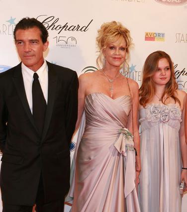 Η Μέλανι Γκρίφιθ με τον Αντόνιο Μπαντέρας και την κόρη τους, Στέλα, σε πρόσφατη κονωνική εκδήλωση.