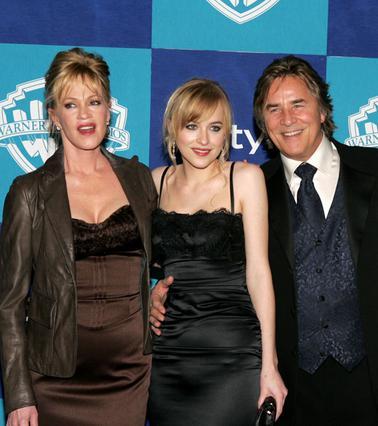 Η Μέλανι Γκρίφιθ με τον Ντον Τζόνσον και την κόρη τους Ντακότα, σε πρόσφατη κοινή εμφάνισή τους.