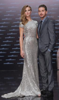 Ο Σάια Λαμπέφ με τη Ρόζι Χάντινγκτον-Γουίτελεϊ με την οποία συμπρωταγωνιστούν στην τελευταία ταινία  Transformers 3 .
