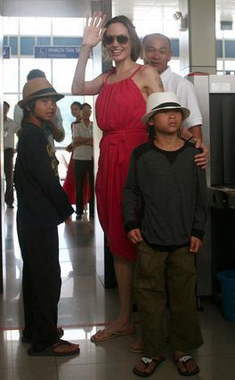 Η Αντζελίνα αποχαιρετά το Βιετνάμ με τον Μάντοξ και τον Παξ (δεξιά), ο οποίος όμως, δεν φαίνεται καθόλου ευχαριστημένος που φεύγει από την πατρίδα του.