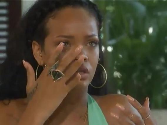 Η Ριάνα ξεσπάει σε κλάματα καθώς ανακαλεί τη μοιραία νύχτα του ξυλοδαρμού της.