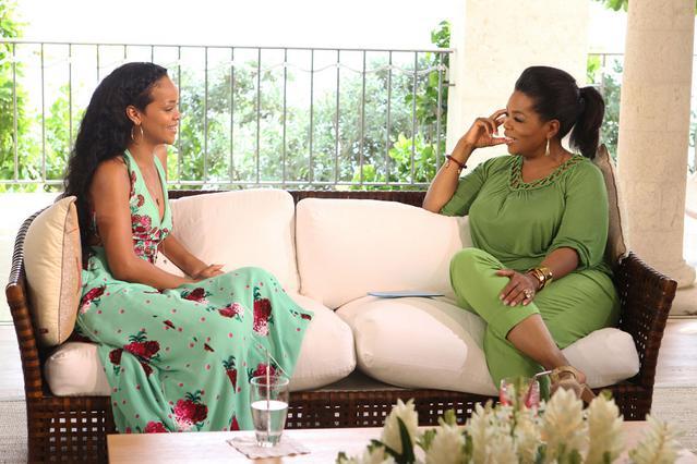 Η Ριάνα στον καναπέ του σπιτιού της στα Μπαρμπάντος ενώ εξομολογείται τα προσωπικά της στην Όπρα.