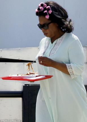 Όχι μόνο με τη ρόμπα αλλά και με μπικουτί κυκλοφορεί η Όπρα. Άσε που δεν αντέχει να φτάσει στο τραπέζι και τρώει από τον δίσκο περπατώντας...