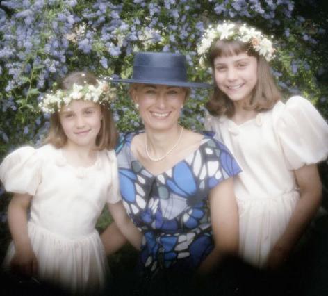 Η Πίπα και η Κέιτ (δεξιά) μαζί με τη μαμά τους, Κάρολ, στον γάμο του αδελφού της -και θείου τους- Γκάρι Γκόλντσμιθ το 1993.