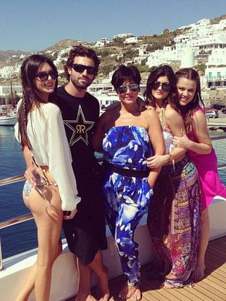 Κένταλ, Ρομπ, Κρις και Κάιλι Τζένερ, μαζί με την Κλοέ Καρντάσιαν ποζάρουν στο ντεκ του υπερπολυτελούς γιοτ που τους έχει παραχωρηθεί στο λιμάνι της Μυκόνου. Η διάσημη ριαλιτοοικοτένεια δηλώνει ενθουσι