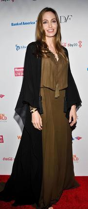 Στις 4 Απριλίου 2013 που η Άντζελίνα Τζολί συμμετέχει στη συνδιάσκεψη Γυναικών του κόσμου στη Νέα Υόρκη δεν έχει γίνει ακόμη το τελικό χειρουργείο της.