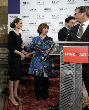 Ούτε και όταν μίλησε στο βήμα των G8 στο Λονδίνο είχε ολοκληρώσει τις επεμβάσεις η Αντζελίνα Τζολί. Σε εκείνη την εμφάνιση όλοι είχαν ασχοληθεί με τα λευκά μαλλιά της, που δεν έδειχνε να νοιάζεται να