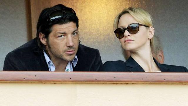 Το Σάββατο η Σαρλίν παρακολούθησε αγώνες τένις έχοντας δίπλα -ή μάλλον πίσω της- τον Μπάιρον Κέλεχερ και την Κυριακή τον σύζυγο -όπως φαίνεται στην φωτογραφία επάνω. Τα όποια σχόλια είναι περιττά.
