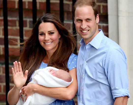 Ανεξάρτητα με το πώς ξεκίνησε η ιστορία τους, η αλήθεια είναι ότι σήμερα, η Κέιτ και ο Γουίλιαμ κρατούν αγκαλιά τον γιο τους, πρίγκιπα Γεώργιο και δηλώνουν τρισευτυχισμένοι.