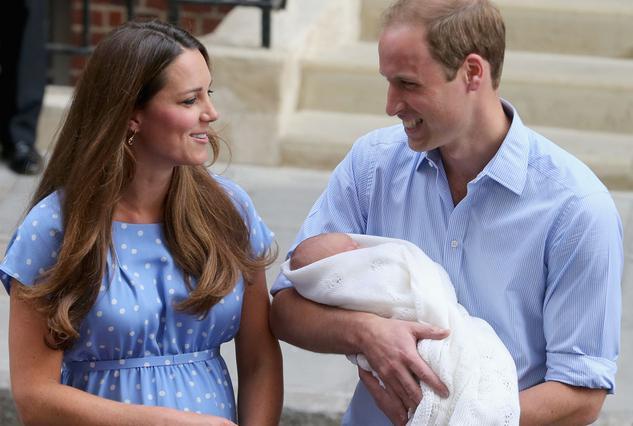 Οι νεόκοποι γονείς στην πρώτη τους δημόσια εμφάνιση ως οικογένεια μπροστά στο μαιευτήριο.