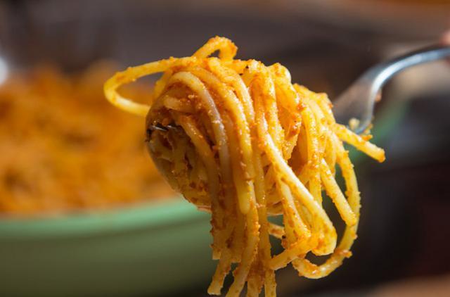 Σπαγγετίνι με σάλτσα ντομάτας & κάρυ αλ Καρούζο