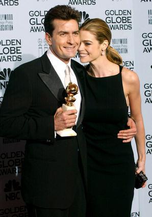Το 2002, ο Τσάρλι Σιν παραλαμβάνει  Χρυσή Σφαίρα για την ερμηνεία του  στην τηλεοπτική σειρά  Spin City  έχοντας στο πλευρό του την περήφανη -τότε αρραβωνιαστικιά του- Ντενίζ.