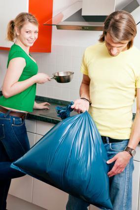Η ευθύνη των σκουπιδιών είναι μια απο τις δουλειές που πολύ συχνά αναλαμβάνουν οι άντρες στο σπίτι.