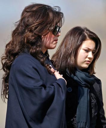 Η Μαρί μαζί με την 12χρονη κόρη της Μπριάνα, στην κηδεία.