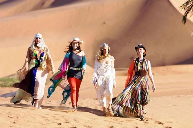 Η αρχική αφίσα της ταινίας με τις τέσσερις πρωταγωνίστριες στην  έρημο του Άμπου Ντάμπι.