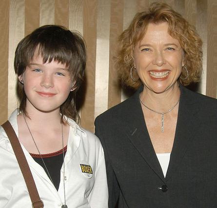 Η Καθλίν μαζί με τη μητέρα της,  Ανέτ Μπένινγκ, το 2004.  Σήμερα, έξι χρόνια αργότερα,  ετοιμάζεται να γίνει... Στέφεν.