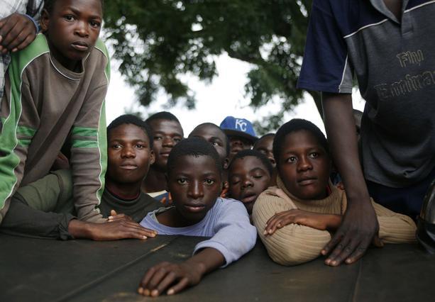 Κάτοικοι της Λιλόνγκε συγκεντρώθηκαν έξω από το δικαστήριο εν αναμονή του  αποτελέσματος.